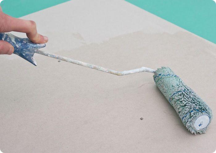Нанесение грунта на ГКЛ при помощи валика.