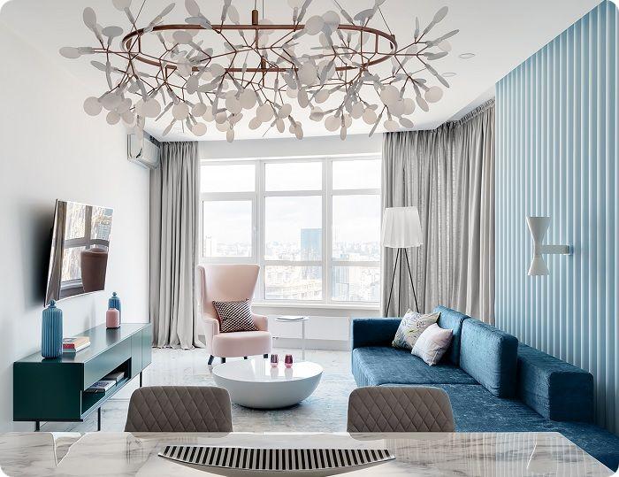 Нежно-голубой цвет в интерьере гостиной.