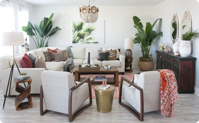 Комнатные растения оживят лаконичный интерьер гостиной.