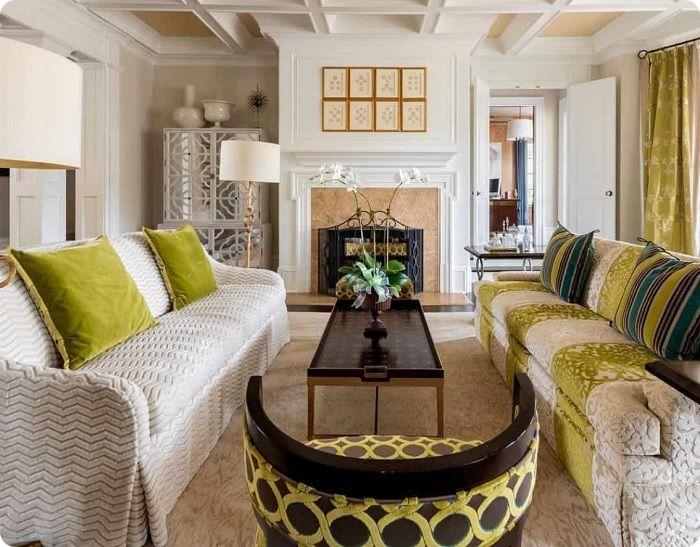 Жёлтый бархат в интерьере гостиной.