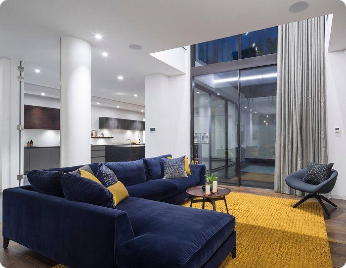 Синий бархат в интерьере гостиной.