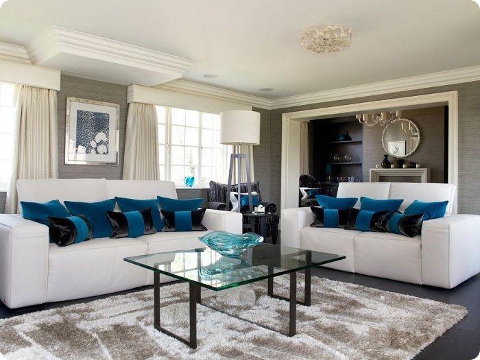 Спокойные тона с синими акцентами в интерьере гостиной.