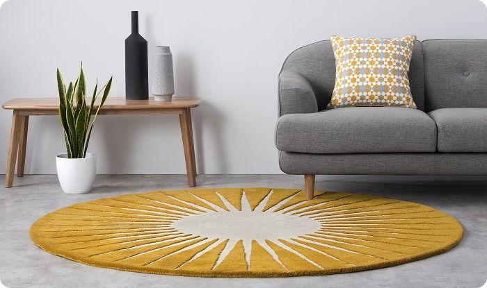 Круглый ковёр помогает сгладить углы и приблизить прямоугольную гостиную к форме квадрата.