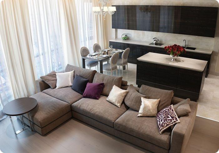 Разделить комнату на функциональные зоны можно с помощью дивана.