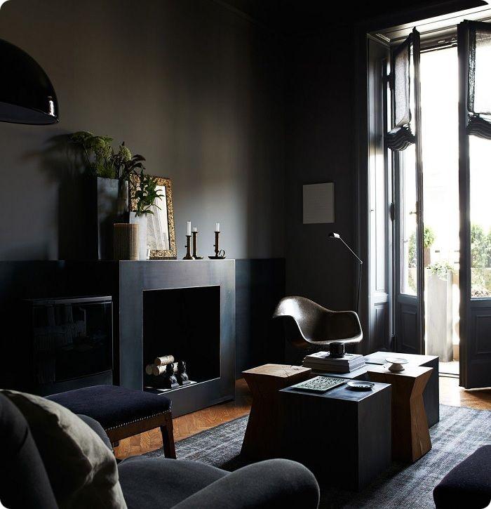 Интерьер тёмной гостиной.