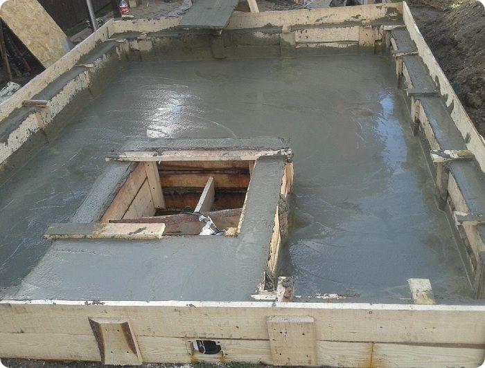 Опалубка для подвала, залитая цементом.