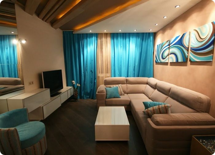 Грамотное размещение осветительных приборов делает прямоугольную гостиную шире.
