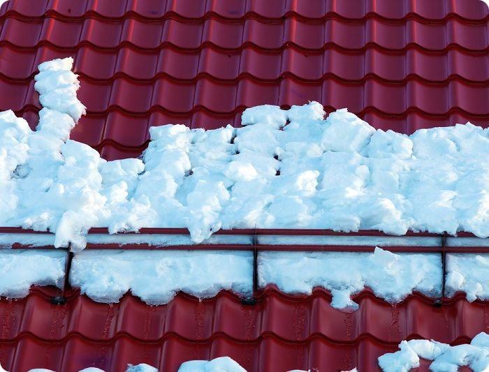 Если угол перекрытия равен 50º, в зимний период снег будет хорошо съезжать с крыши под собственной тяжестью, тем самым, исключается его интенсивный нажим на кровлю.