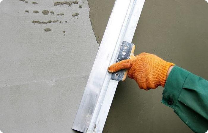Выравнивание стен происходит с помощью штукатурной смеси или гипсокартона с устойчивостью к влаге.