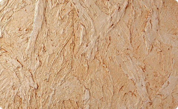 Структурная штукатурка состоит из мельчайших частиц кварца и слюды. Для необычной текстуры могут добавить древесные волокна или шёлк в виде нитей. Состав имеет однородную равномерную текстуру, с помощью валиков можно создать имитацию древесной коры, песчаника и так далее.