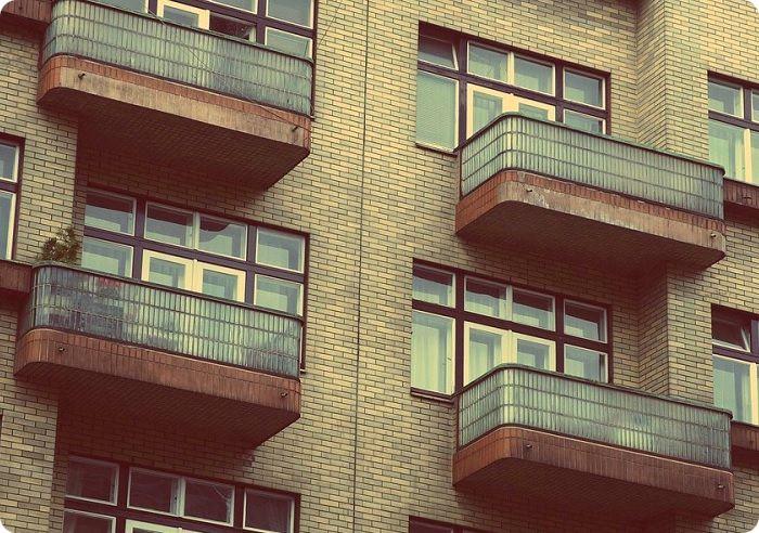 Дом с небольшими балконами.