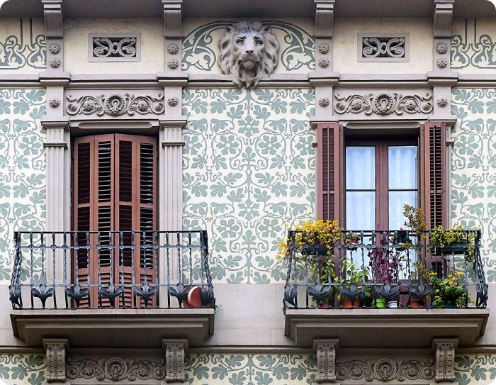 Балкон на фасаде здания в стиле модерн.