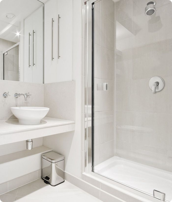 Мебель светлых оттенков с глянцевой отделкой фасадов визуально увеличивает комнату.