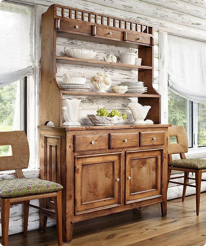 Изюминкой комнатного или кухонного пространства в деревенском стиле может быть старинный буфет, сервант с открытыми полками, резной комод.