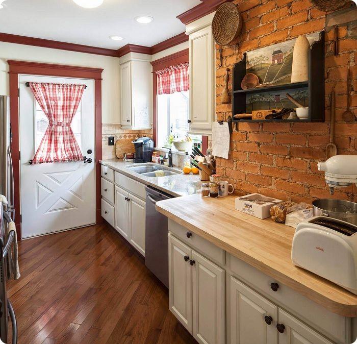 Стены кухонного пространства можно отделать натуральной вагонкой, камнем или имитацией кирпичной кладки.