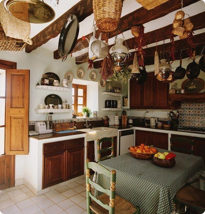 На потолках можно использовать деревянные балки, которые дополнительно подчёркивают концепцию деревенского дома.