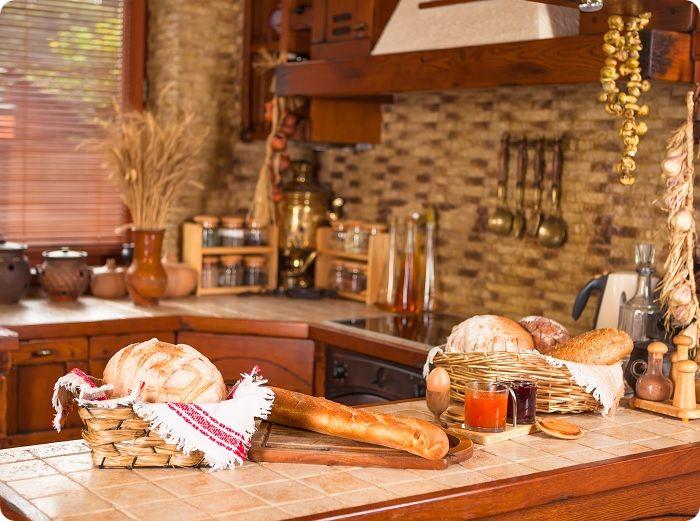 Уютная кухня в деревенском стиле.
