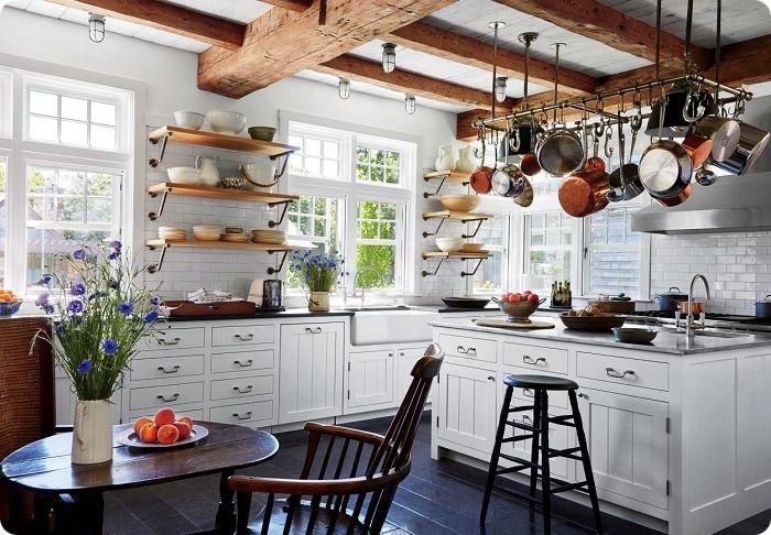 Кухонный фартук выкладывают некрупной плиткой неброского оттенка — однотонной или с эффектом имитации под камень или состаренное дерево.