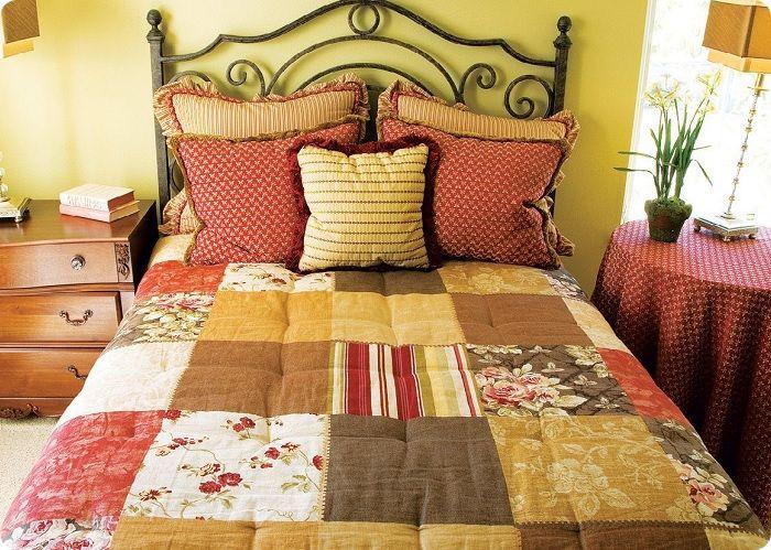 Созданные своими руками текстильные аксессуары помогут акцентировать внимание на неповторимом деревенском стиле комнаты.