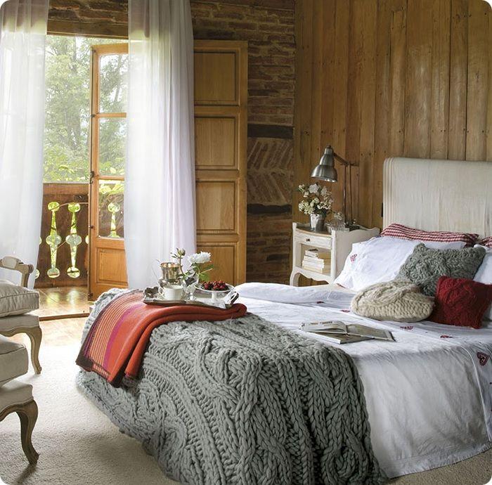 Спальня, оформленная в деревенском стиле, сможет стать по-настоящему комфортным и уютным местом для отдыха.