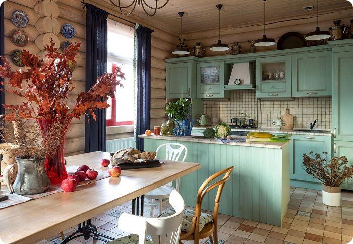 Кухня, оформленная в деревенском стиле.