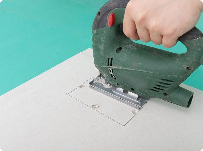 Чтобы вырезать замкнутый лист из целой плоскости, требуется внутри будущего контура высверлить отверстие диаметром 10-12 мм, через которое войдет лезвие электрического лобзика.