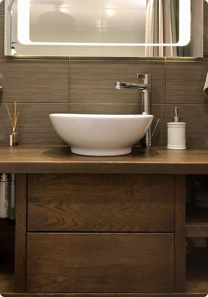 Мебель в ванной из натурального дуба.