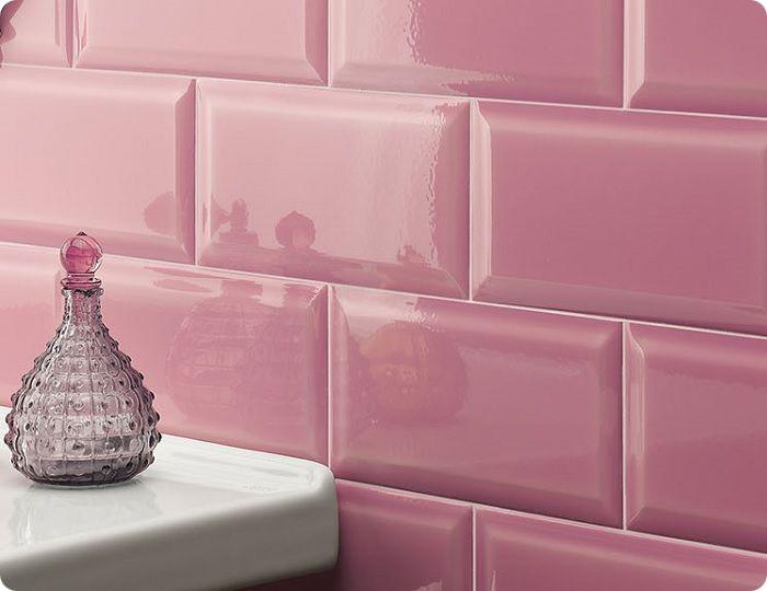 В ТОПе неизменно популярных облицовочных материалов устойчиво лидируют отечественная керамическая плитка «Кабанчик» и её зарубежный аналог «Метро».
