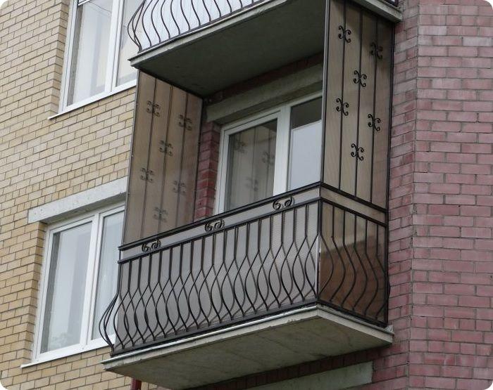 Балконная площадка крепится к наружной стене строения крепёжными комплексами. Она не оснащена дополнительными опорами, в связи с чем помещение может быть расположено на любом этаже здания.