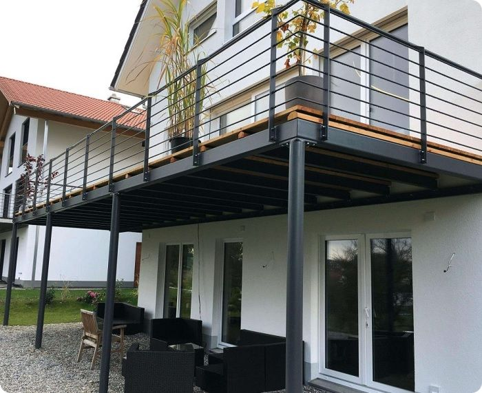 Приставные балконы строятся в квартирах, расположенных на первом или втором этажах здания, а также в двухэтажных домах. Они имеют видимую свободную площадку под основанием, на которой размещены балконные опоры.