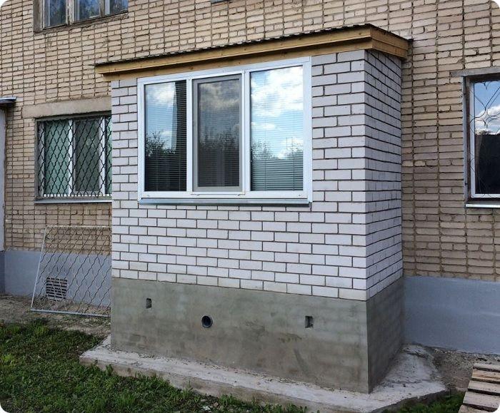 Пристроенный балкон имеет несущие консоли для фиксации помещения к строению, а также лицевые опоры, которые снижают весовую нагрузку на здание.