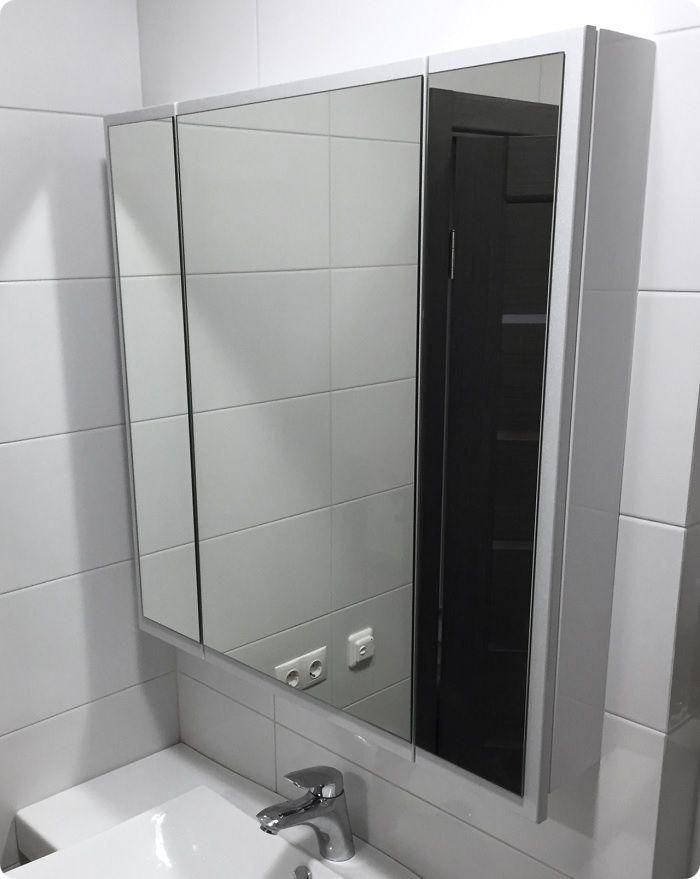 Если зеркало повесить на дверцу плоского шкафчика, то это будет не только практично, а и визуально расширится пространство за счёт зеркального отображения.