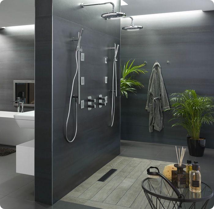 В достаточно просторной ванной гидробокс можно расположить в отдельной зоне за стеной, которую отделывают в гармонии с остальным интерьером.