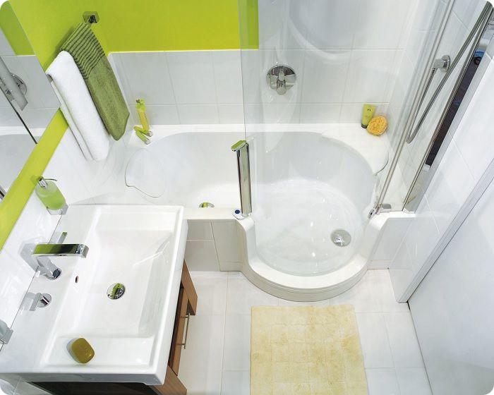 Компактная ванна, совмещённая с душевой кабиной – хороший вариант для маленьких ванных комнат.