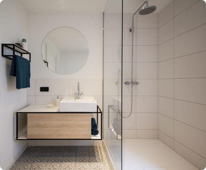 Открытая кабинка выделяется универсальностью, не нуждается в специфической отделке и тщательном подборе мебели в плане совместимости. Замечательно вписывается в минималистический стиль, хорошо сочетаясь с дизайном стен и пола, другими включениями декора.