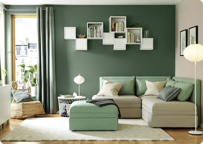 Холодный оттенок зелёного в интерьере гостиной.