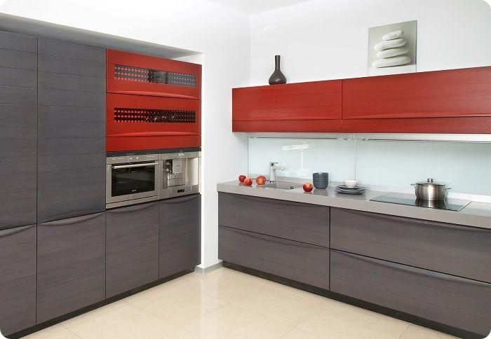 Кухня в красно-серых тонах.