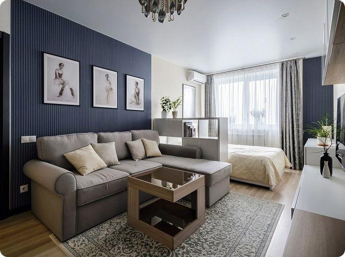 Спальня в холодных синих тонах, объединённая с гостиной.
