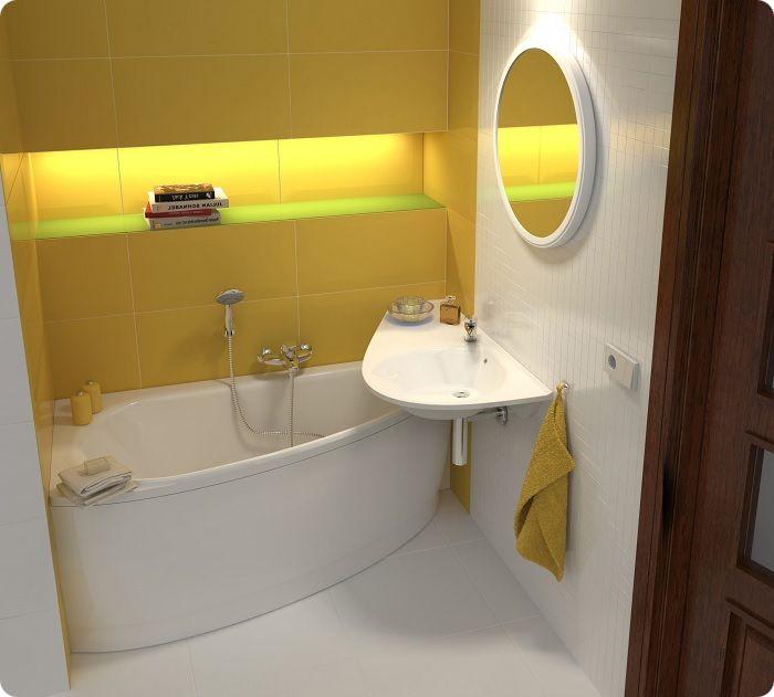 Небольшая ванная комната с угловой ванной.