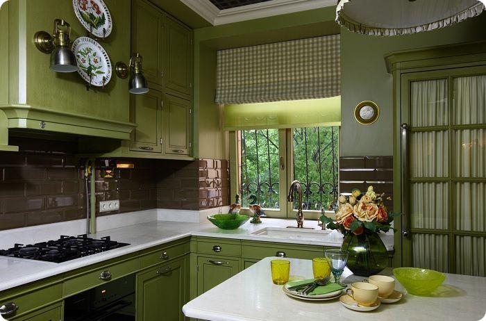 Уютная небольшая кухня в зелёном цвете.