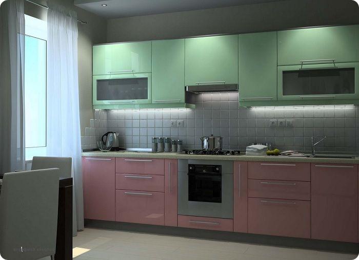 Просторная кухня в зелёно-розовом цвете.