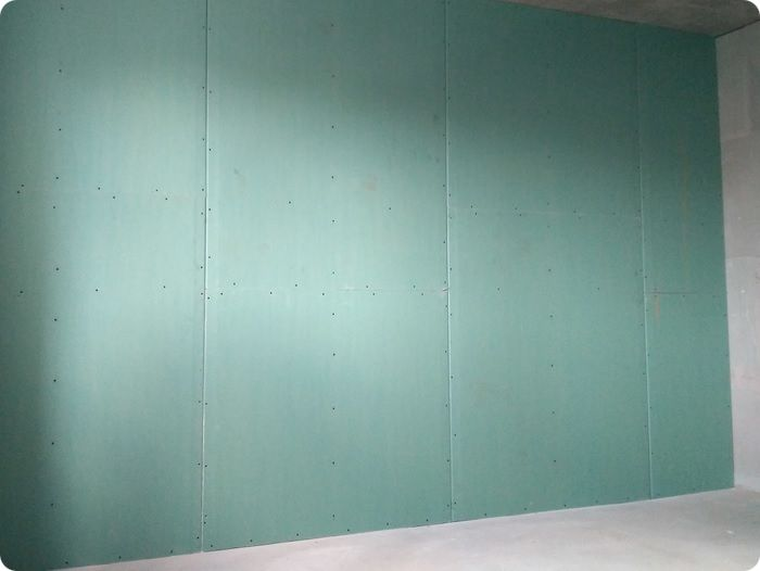 Стена, выровненная гипсокартонными листами.