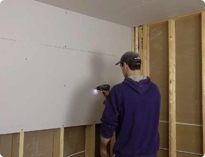 Выравнивание стен гипсокартоном.