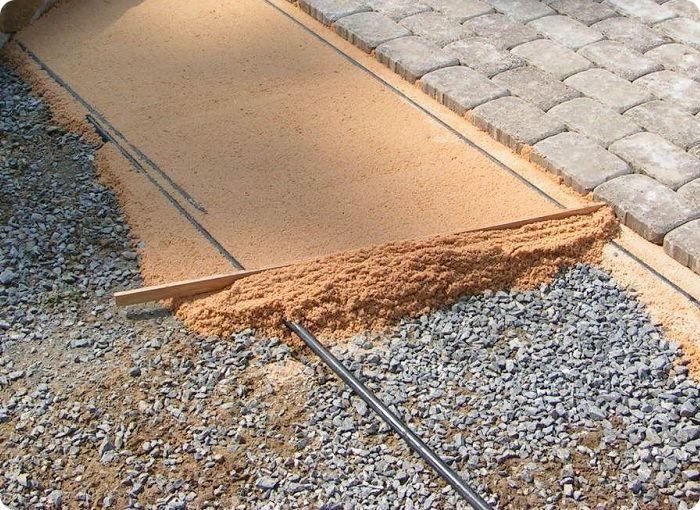 После засыпки песчаной подушки основание необходимо пролить водой, утрамбовать и выровнять.