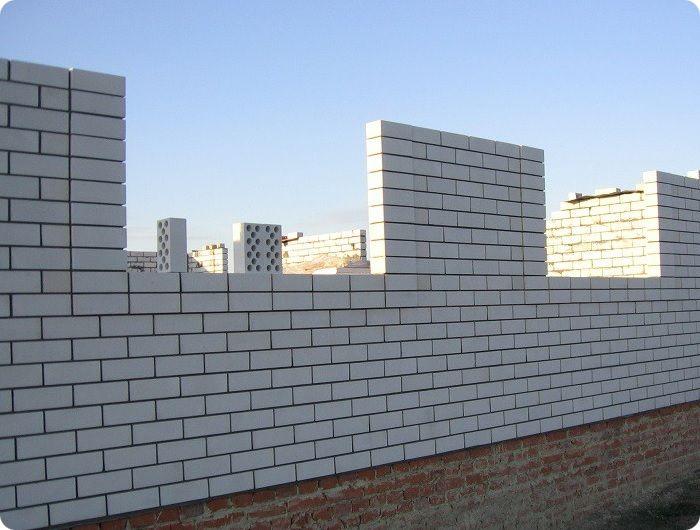 Возведение здания из белого силикатного кирпича.