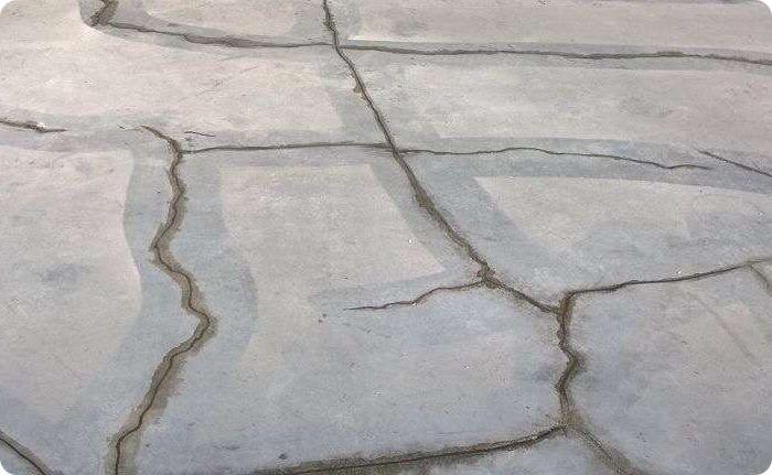 Трещины в бетонной стяжке.
